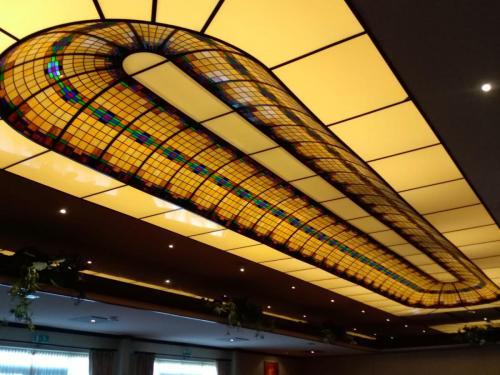 Glas-in-lood plafond in de zaal